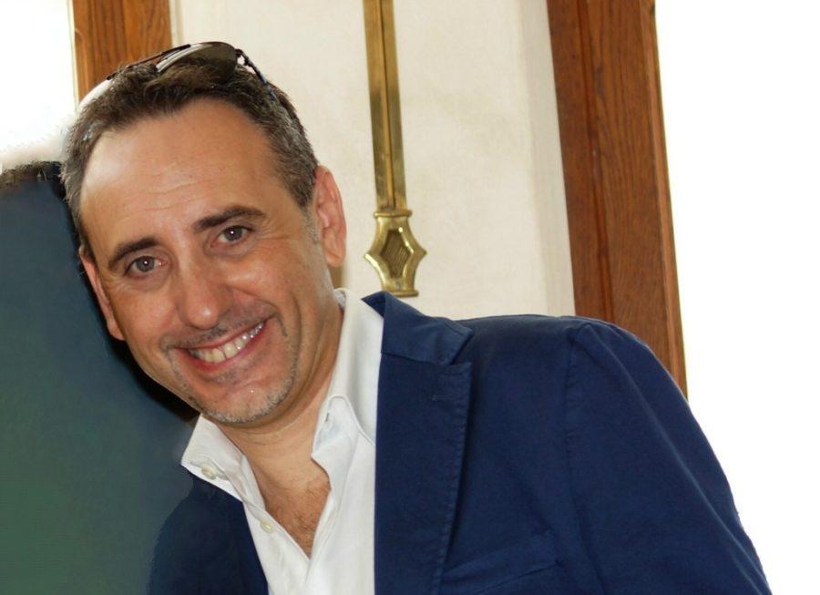 """Il giornalista Antonello Carbone ha presentato il suo ultimo libro """"Il giallo sole di Vendicari"""" nella libreria Mondadori BookStore di Catania"""
