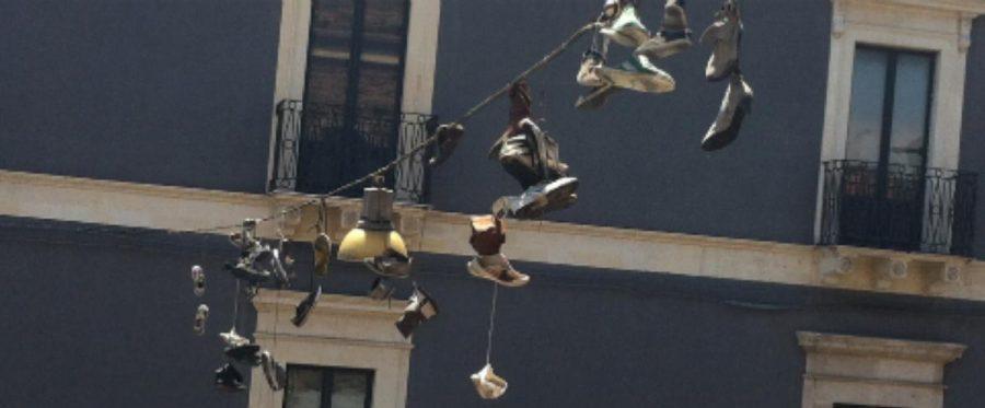 Shoefiti a Piazza Alcalà - MeridioNews