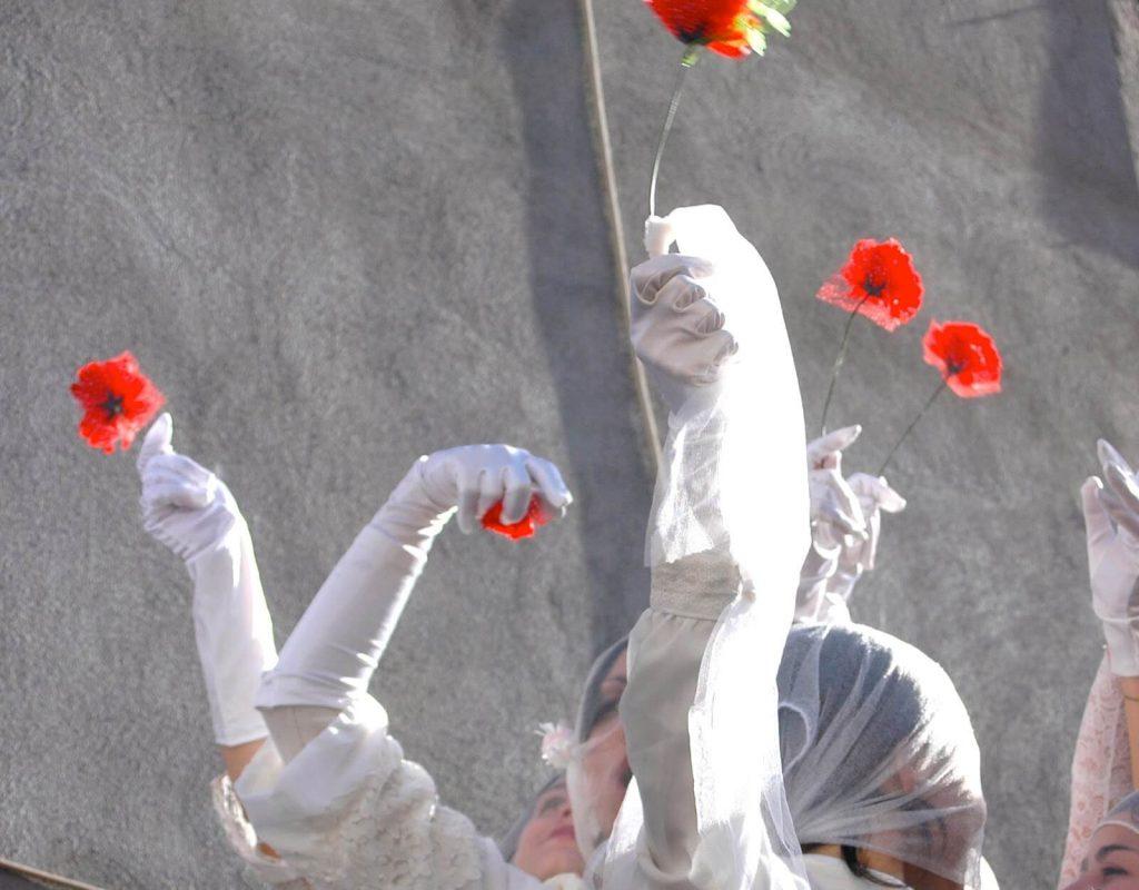 Le ' Ntuppatedde sfilano portando un velo e un abito bianco e recano in mano un papavero rosso, colore propri della donna e di Agata.