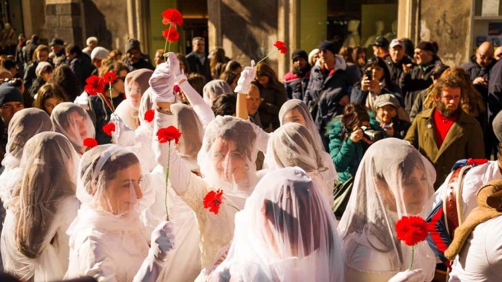 Le 'Ntuppatedde sfilano in corteo nei giorni della festa di Sant'Agata,manifestando il diritto della libertà d'essere donne.