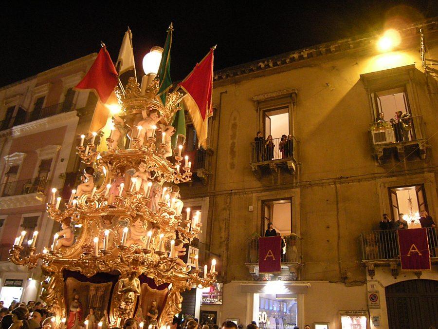 """La tipica """"annacata"""" delle candelore durante la festa di Sant'Agata"""