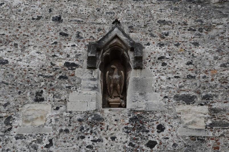 A Catania Federico II, dopo il miracolo operato da Sant'Agata, fece costruire Castello Ursino, ponendo nella facciata l'aquila sveva che strozza l'agnello catanese.