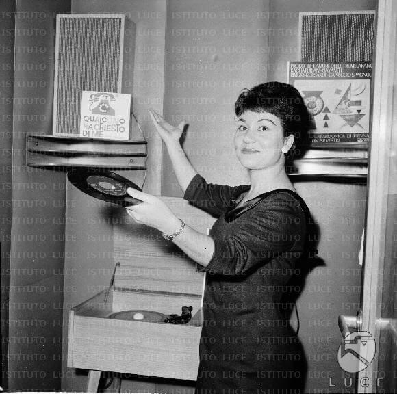 Negli anni Sessanta, Dora Musumeci arriva al Piper, il noto club musicale di Roma e partecipa a numerose trasmissioni radio e tv.