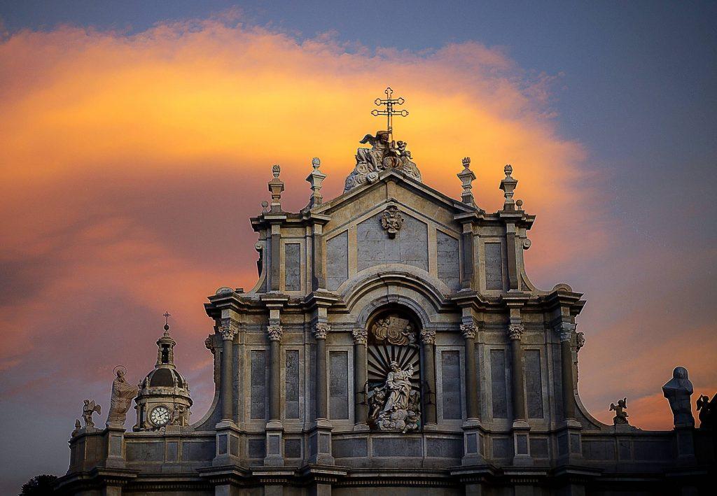 La Cattedrale di Catania che contiene in un'iscrizione sulla facciata, con il riferimeno alla leggenda popolare che lega Sant'Agata a Federico II.