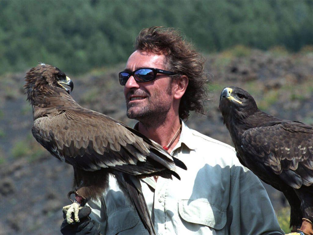 """Angelo D'Arrigo è stato un deltaplanista, recordman, vincitore di vari primati mondiali di volo sportivo oltre che studioso e ricercatore. D'Arrigo è conosciuto come """"colui che volava con le aquile"""", per la sua passione per lo studio del volo di questi rapaci."""