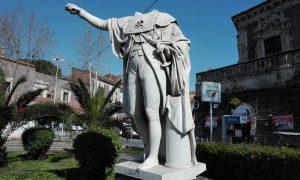 La statua di Ferdinando I di Borbone a Catania.