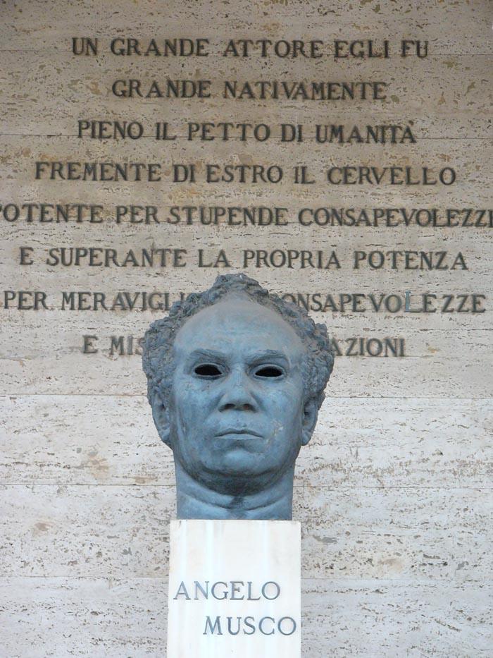 Angelo Musco è sepolto nel Cimitero di Catania in fondo al viale degli uomini illustri. Il giardino Bellini ha nel viale dei personaggi celebri, un busto che lo ricorda; necesse est, perpetuarne la memoria, perché la gioia del sorriso che ci donò, è immortale.