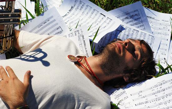Pianista di formazione classica e jazz, Dino Rubino cresce tra influenze musicali di Bach, di Debussy, di Monk, di Jarrett e del post-bop