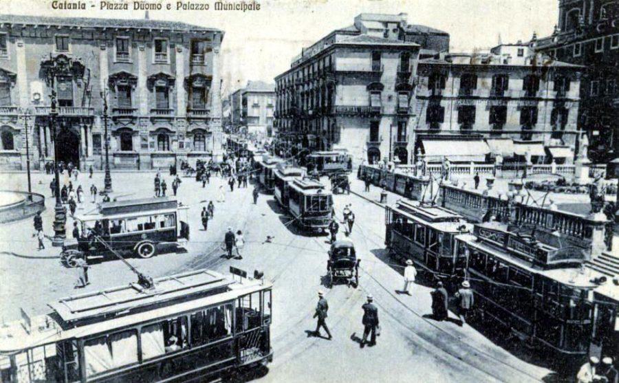 Quando a Piazza Duomo passavano gli autobus e la tranvia. Fonte foto: http://www.skyscrapercity.com/showthread.php?t=328448