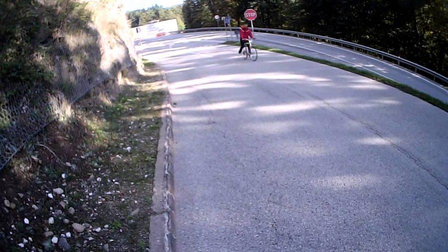Salita o discesa? Strano fenomeno in una strada di Paternò, in provincia di Catania. Fonte foto: Youtube Silvio Marcon