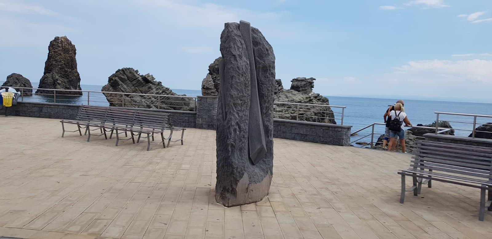 Pensiero, una delle quattro statue in pietra lavica di Acitrezza