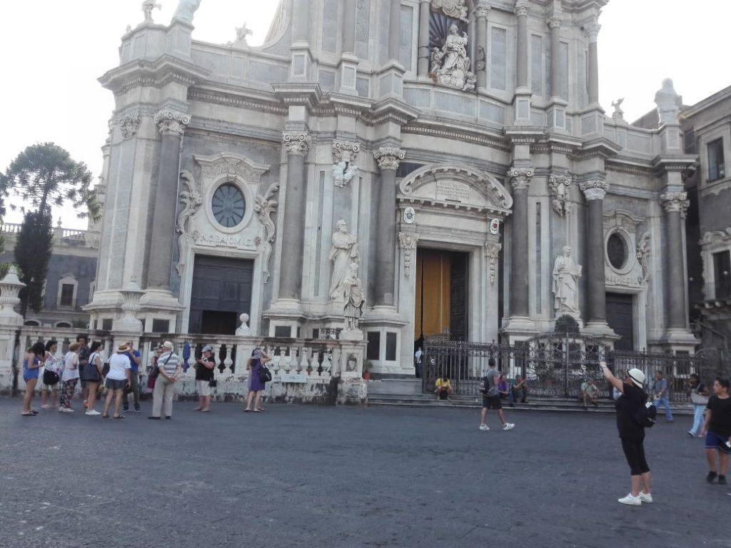 Duomo di Catania con davanti i turisti