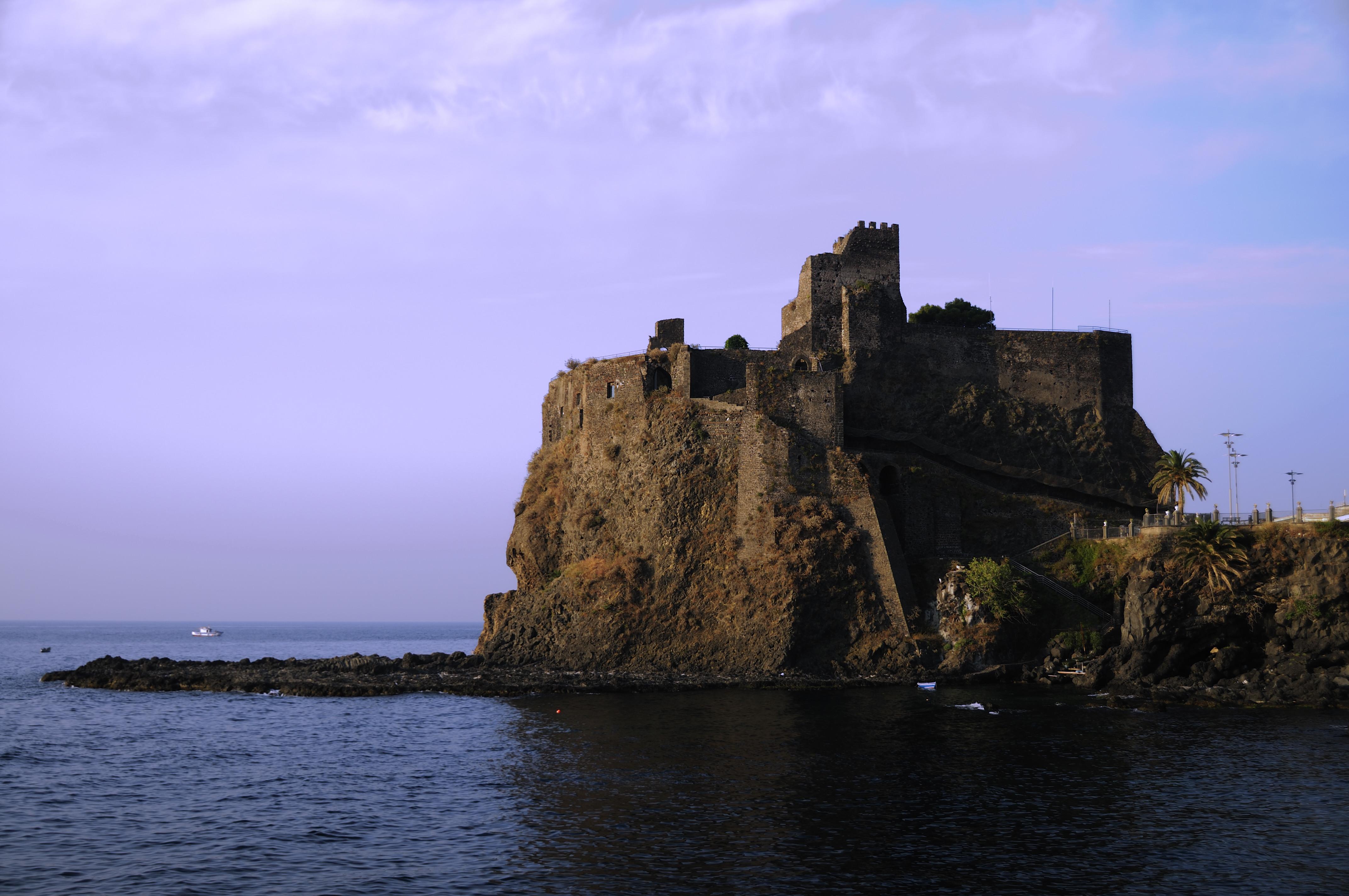 Prima il ponte levatoio del Castello di Aci Castello era in legno, oggi è in muratura