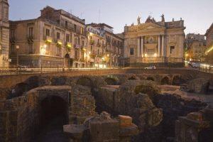 """L'Anfiteatro romano nella """"Catania vecchia"""", in versione notturna. Fonte foto: Artribune"""