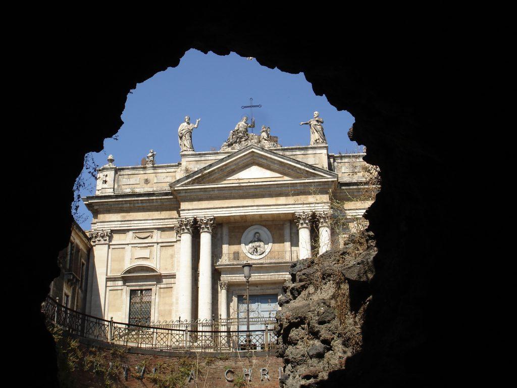 """Tra i cunicoli bui dell'Anfiteatro romano è possibile intravedere la Chiesa di San Biagio, conosciuta dai catanesi come """"alla fornace"""". Fonte foto: Catania Giovani"""
