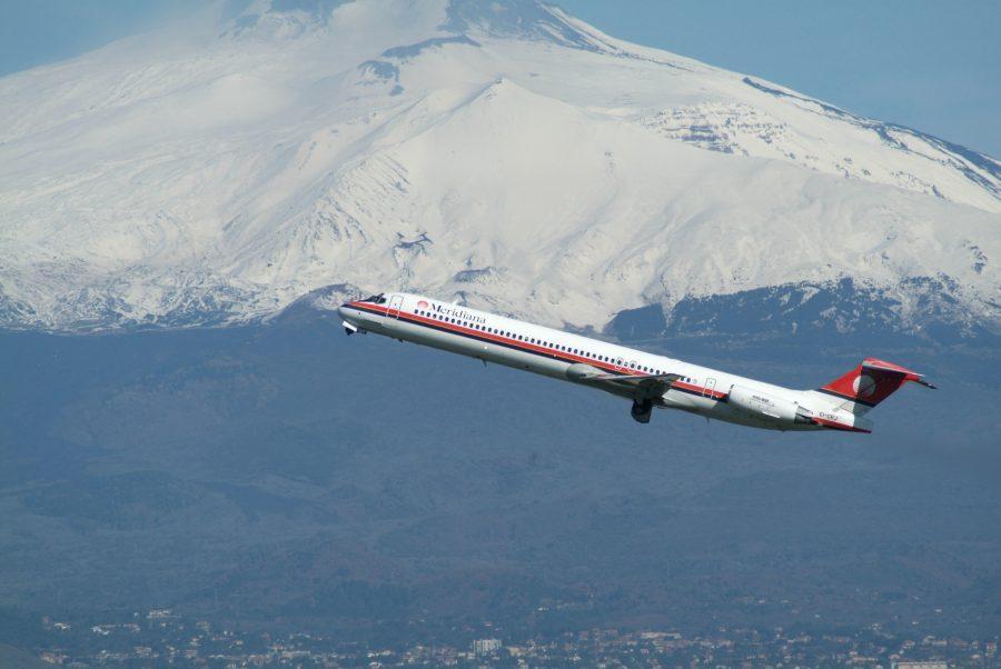 Aereo in partenza da Catania con sullo sfondo l'Etna. Fonte foto: VDP Srl