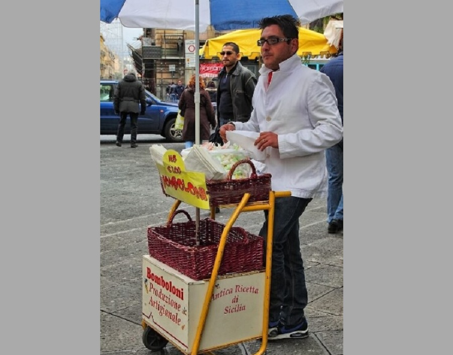 Venditore di bomboloni alla fiera di Catania. Fonte foto: LiveUnict