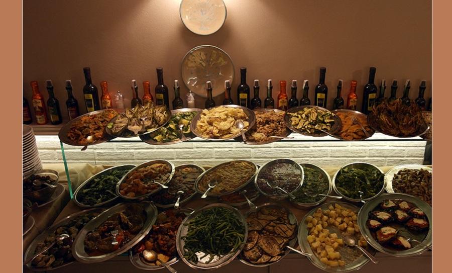Ricco buffet di antipasti. Fonte foto: Sicily.co.uk