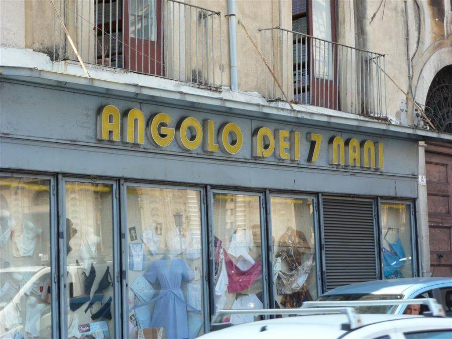 L'Angolo dei sette nani in via Manzoni a Catania. Foto di: www.trivigante.it