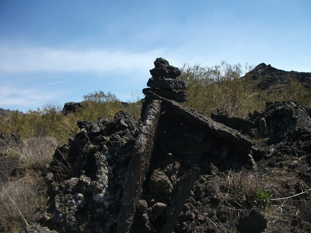 Omini di pietra per il Monte dei Morti