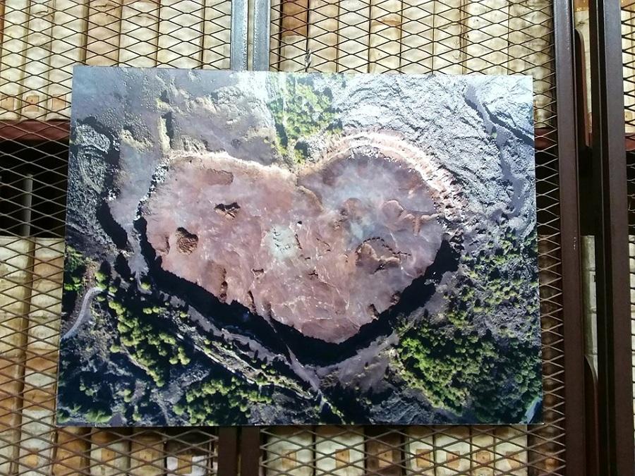 """Il """"Cuore dell'Etna"""". Il cuore in foto è la copertina del libro di Stefano Pannucci."""