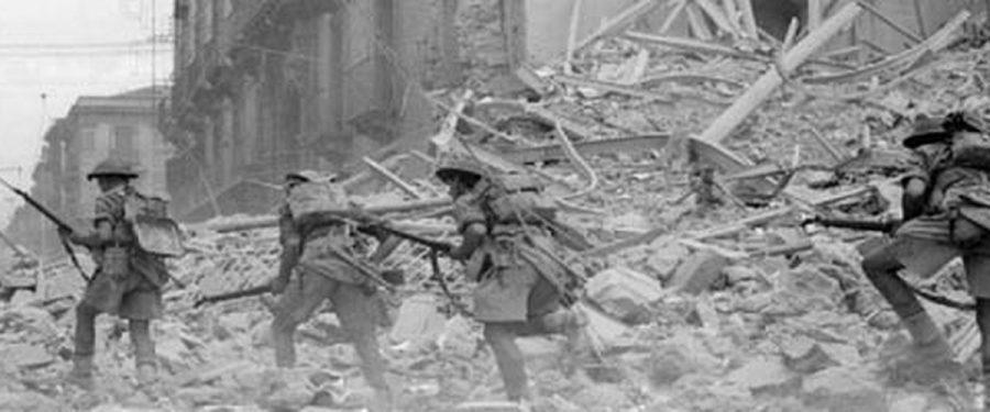 Catania bombardata durante la Seconda Guerra Mondiale. Il mezzo busto della bella Zza Lisa scompare sotto le macerie. Fonte foto: MeridioNews