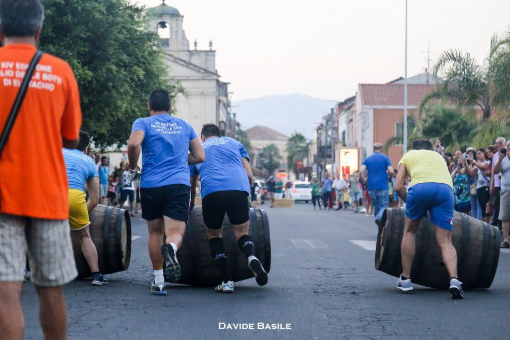 In Sicilia abbiamo un palio simile a quello di Siena. E' il palio delle botti di Eustachio che si tiene solitamente l 'ultima settimana di luglio, nel comune di Riposto, in provincia di Catania.