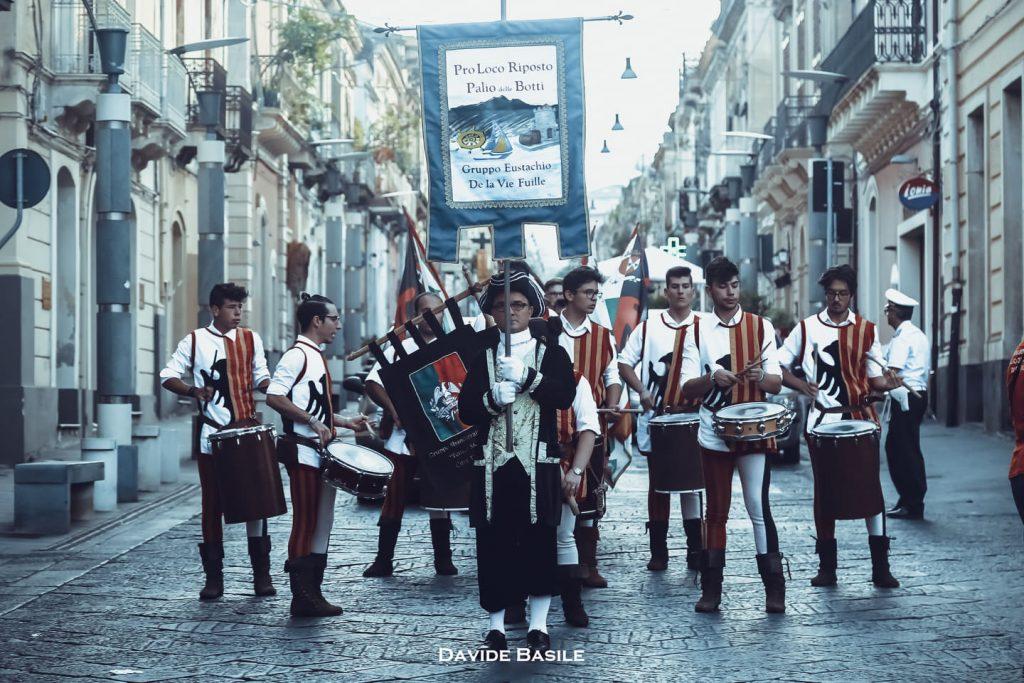 Il palio delle botti è legato al nome del vicerè borbonico Eustachio Laviefuille, molto attivo nella nostra Isola e molto amato dai siciliani.