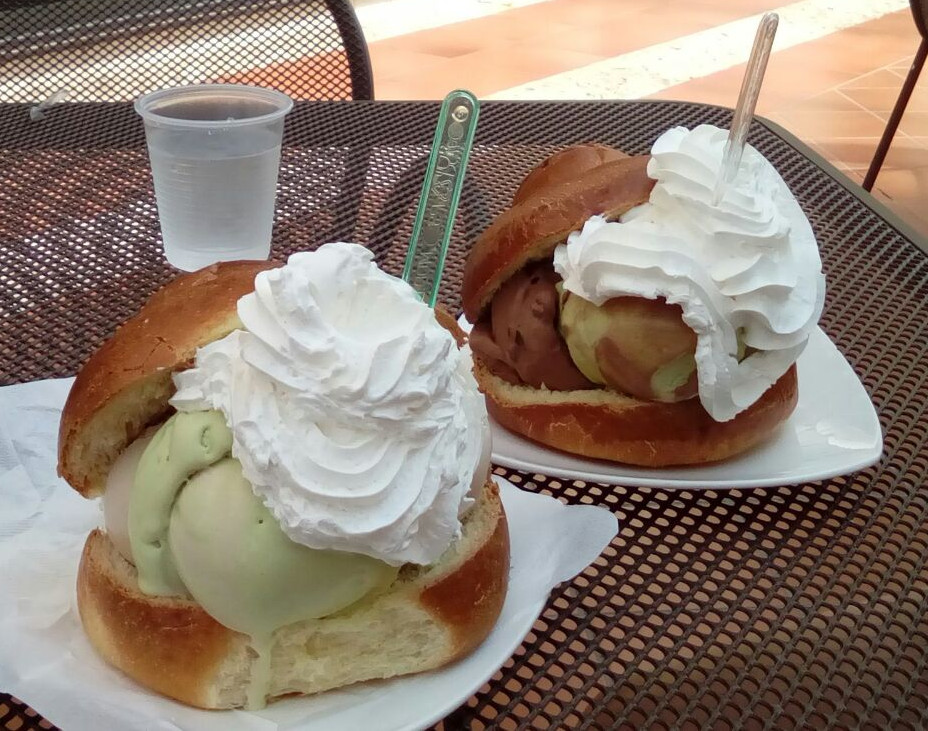 Brioscia col tuppo con gelato e panna