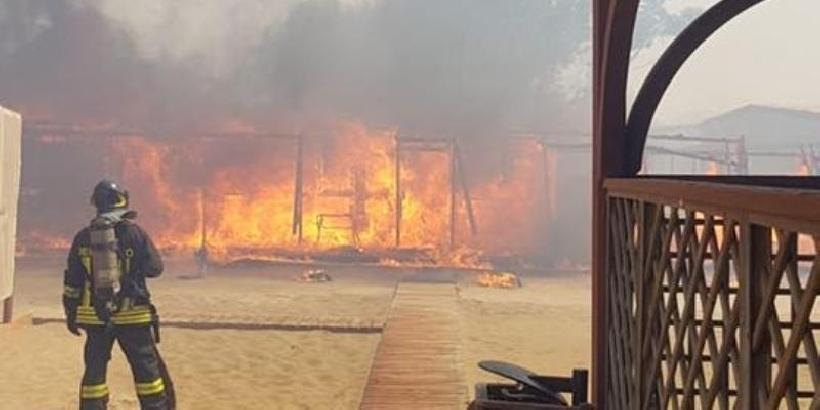 Vigili del Fuoco spengono le fiamme dell'incendio alla Playa