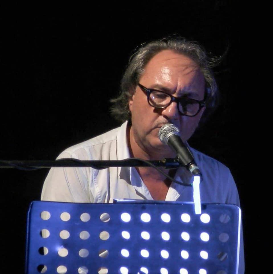 Salvatore Guglielmino è autore, compositore, regista, attore, cantante di opere musicali e di teatro di prosa. Attualmente è in programmazione, in alcuni dei più importanti teatri siciliani