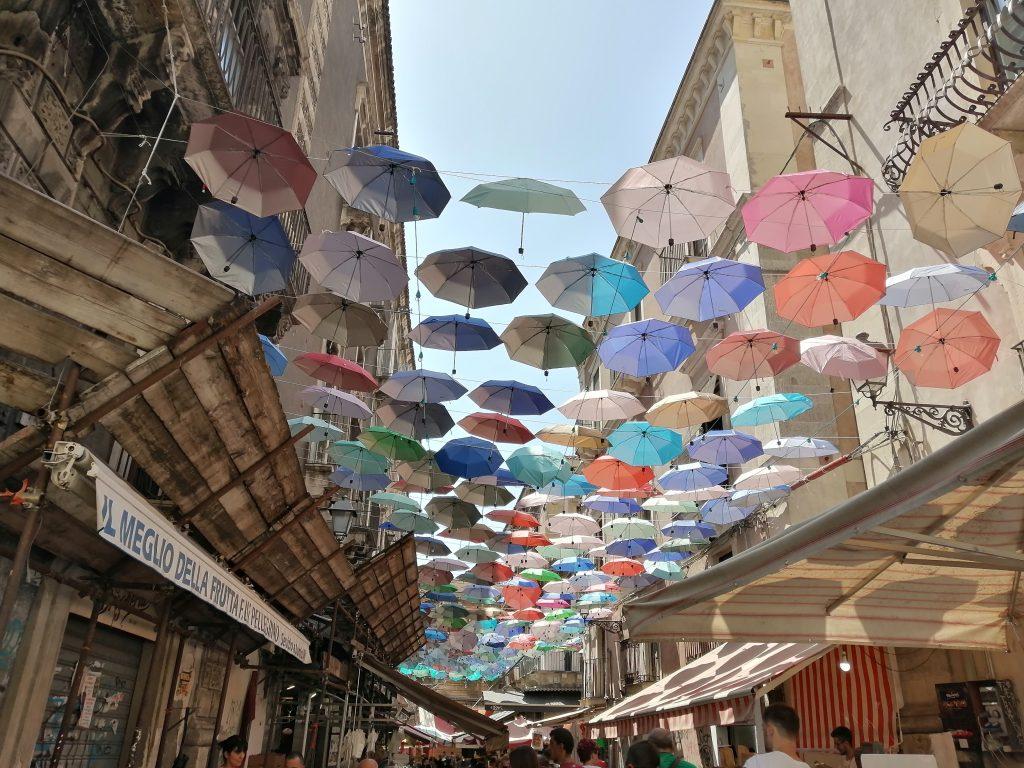 L'installazione degli ombrelli colorati nella centralissima via Gisira, cuore pulsante della Pescheria, richiama l'attenzione di tanti turisti ed è un buon biglietto da visita per la nostra città.