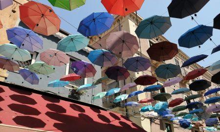 Walter Messina, insieme ai fratelli Massimo e Concetto sono gli artefici dell'installazione degli ombrelli colorati su via Gisira.