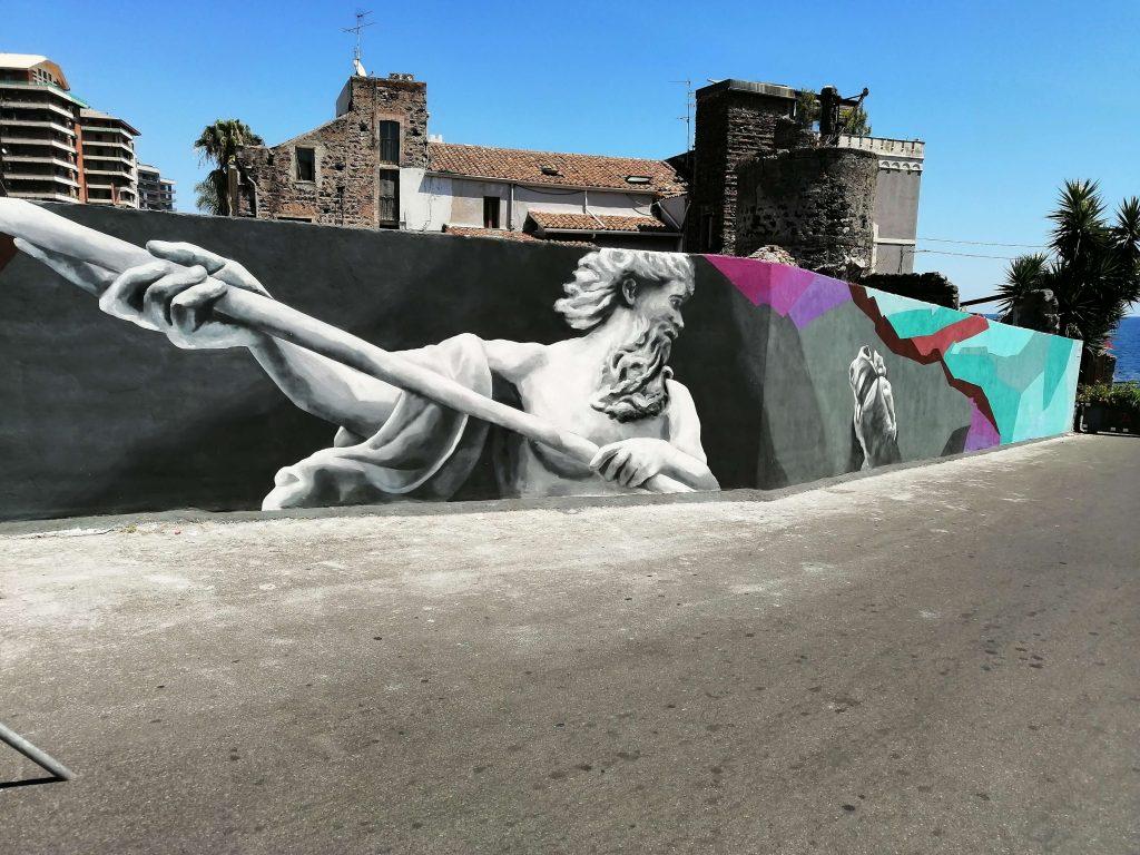 L'artista catanese Salvo Ligama, negli scorsi mesi ha realizzato il murales del dio Poseidone nella stradina che immette nel borgo di San Giovanni Li Cuti e la testa di moro in un palazzo nei dintorni di Piazza Europa.