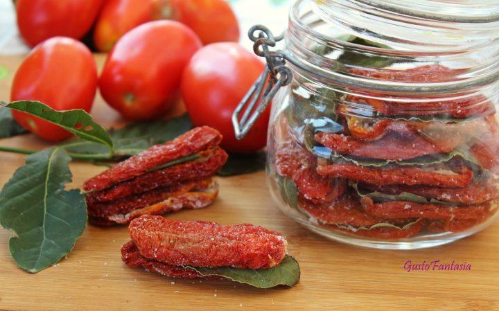 """Accanto alle tradizionali bottiglie di salsa, in ogni famiglia, in queste calde giornate, si preparavano anche l'estratto di pomodoro, detto """"astrattu"""" e il pomodoro secco, """"'u pumaroru asciuttu""""."""