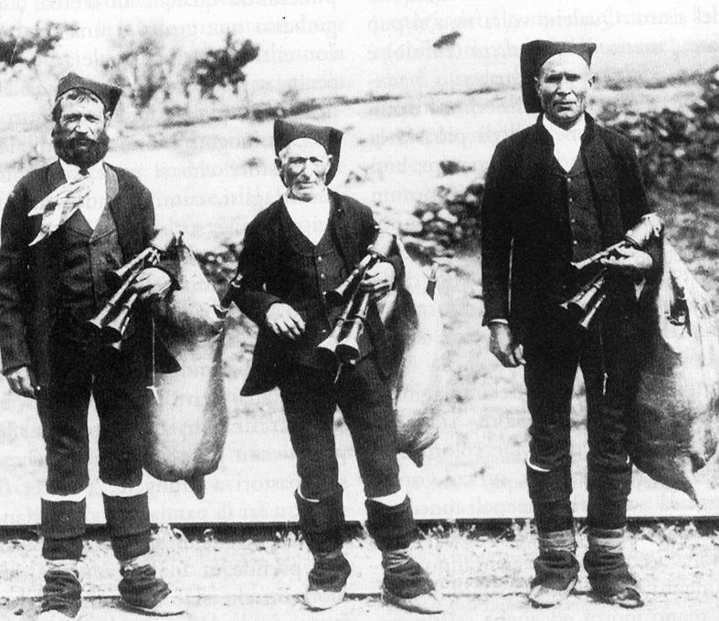 antichi mestieri - foto in bianco e nero di tre Ciaramiddari con i loro vestiti caratteristici
