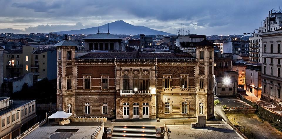 Villa Manganelli è una delle tante storiche dimore nobiliari, site nel cuore della nostra città e tra le più amate dai catanesi. E' uno degli edifici più imponenti di Corso Italia e si erge maestoso su di esso. Accanto c'è il Palazzo delle Scienze. La Villa è uno degli emblemi dello stile Liberty a Catania.
