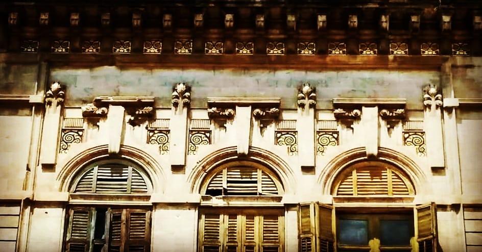 Villa Mnaganelli: dettagli della facciata principale- Motivi arabescati realizzati in oro zecchino, congiunti a motivi propri dello stile Liberty.