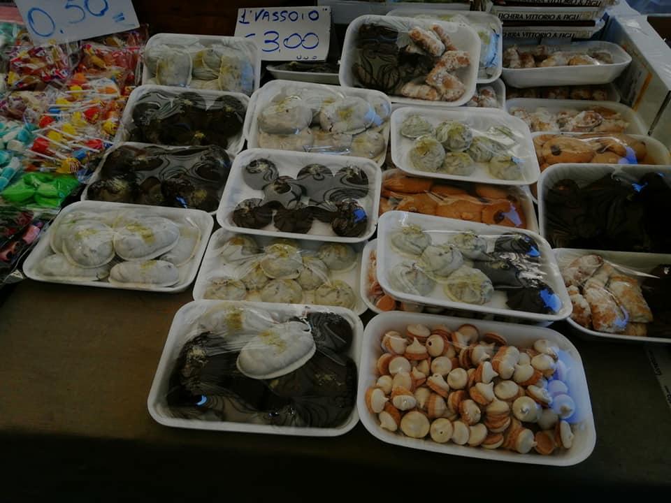 Fiera dei morti: alcuni dei dolci tipici come rame di napoli, totò, ossa morti e nuzzi, esposti fra gli stand.