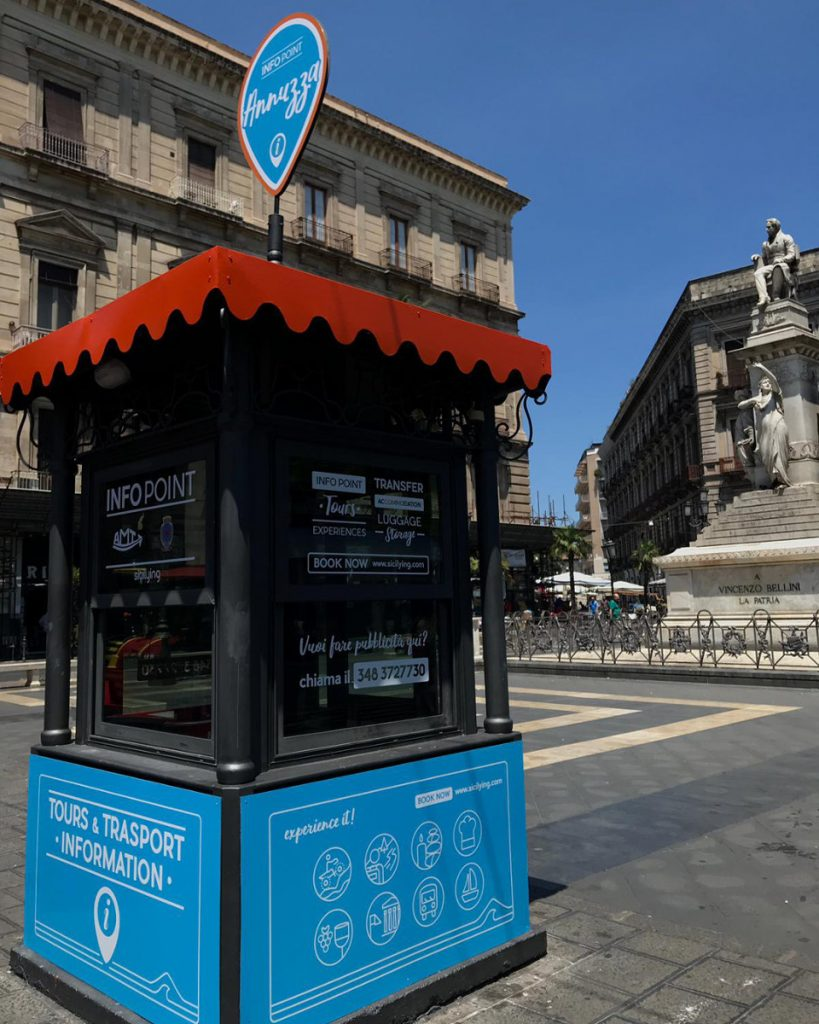 Primo piano dell'info point su piazza Stesicoro