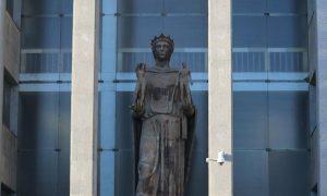 Palazzo di Giustizia - La statua del Palazzo di Giustizia a Catania. Fonte foto: MeridioNews, Dario De Luca