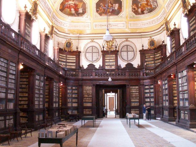 interno Biblioteca dei Benedettini di Catania, qui ore e ore di studio di Carmelina Naselli hanno segnato il passaggio (foto da http://blog.zingarate.com)