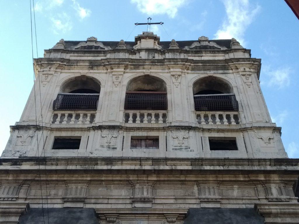 Le grate in ferro battuto con la croce in alto della Badia di Santa Chiara. Le Suore da lì vedevano il modo esterno