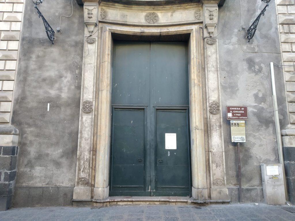 Porta verde in ferro d'ingresso della Badia di Santa Chiara