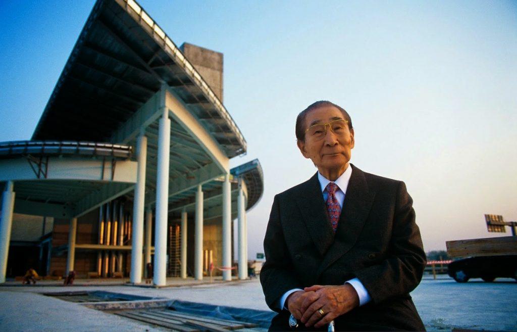 L'architetto Kenzo Tange in primo piano con alle sue spalle una delle sue opere
