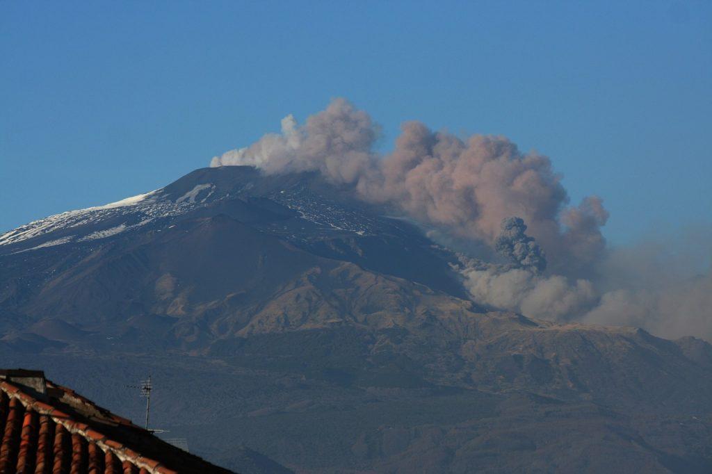 150 sensori del terremoto - etna nel momento dell'eruzione con fumo grigio che esce dalla sua bocca