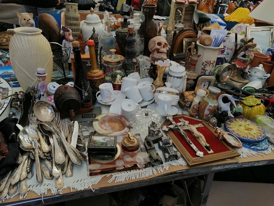 Teschi convivono con crocifissi, porcellane con posate di legno: questi sono alcuni degli oggetti che potete trovare esposti nelle bancarelle del mercatino delle pulci a Catania.
