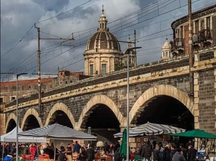 Il mercatino delle pulci è il tradizionale appuntamento che si tiene ogni domenica mattina nella zona storica di Catania quali sono gli archi della Marina. In vendita pezzi di antiquariato, libri, mobili, dischi.