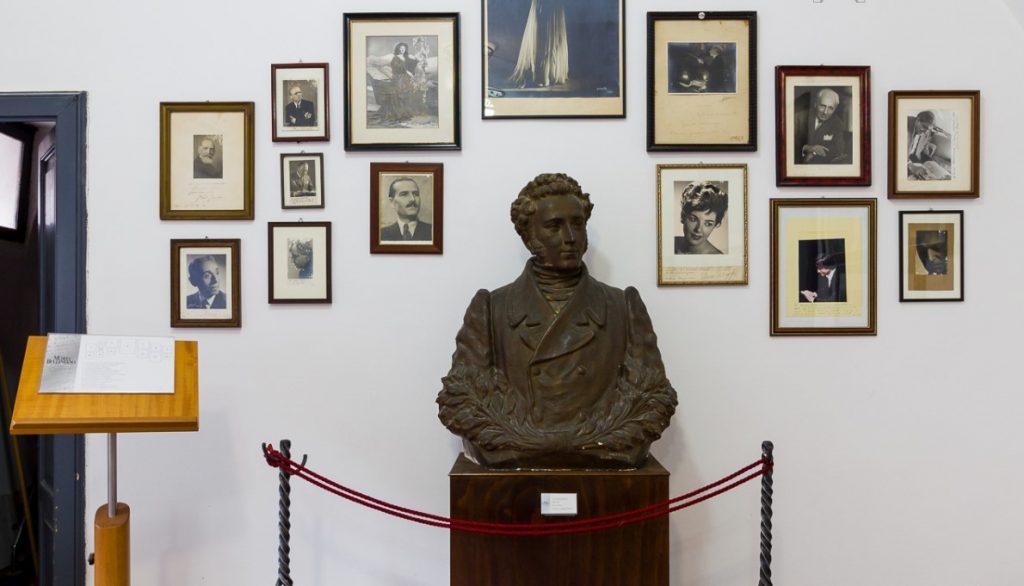 mezzo busto di Vincenzo Bellini attorniato da alcuni quadri nel Museo civico Belliniano