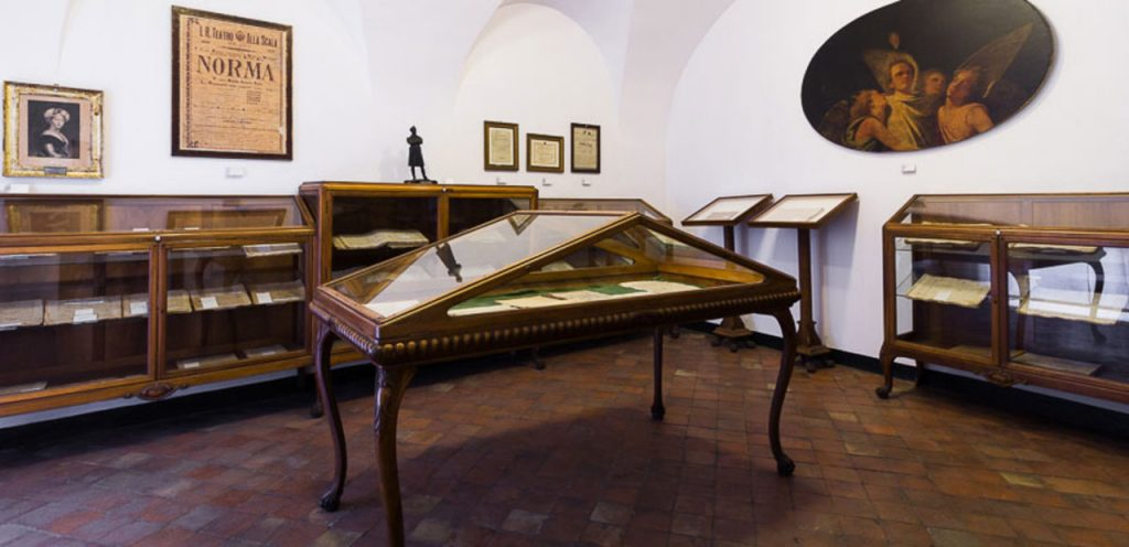 Teca in primo piano all'interno del Museo civico Belliniano